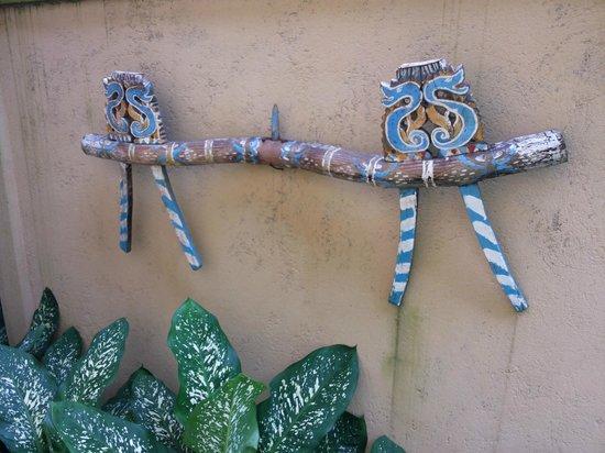 Prapen Bungalows: balinese deco art hanging on the wall