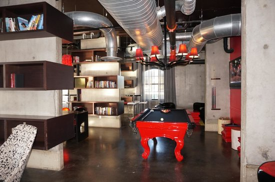 NYLO Irving / Las Colinas : Fun area downstairs near bar