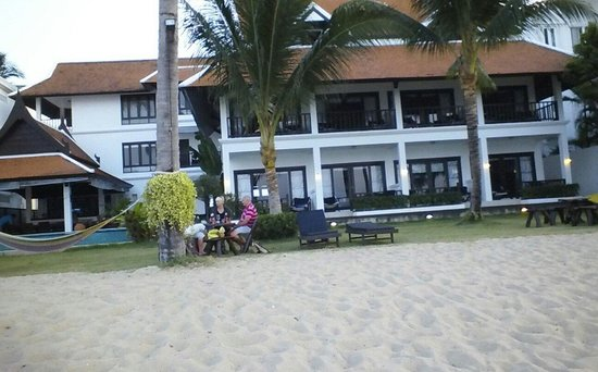 Baan Bophut Beach Hotel: view of hotel from beach