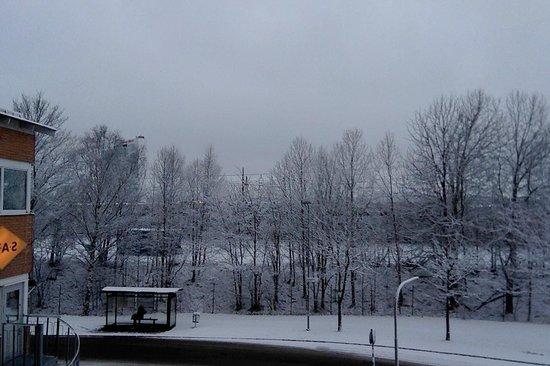 Connect Hotel Stockholm : Un amanecer nevado visto desde la ventana