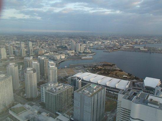 Yokohama Royal Park Hotel : 朝の横浜駅方面