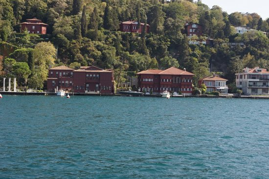 Bosphorus Strait: Traditional wooden Ottoman houses
