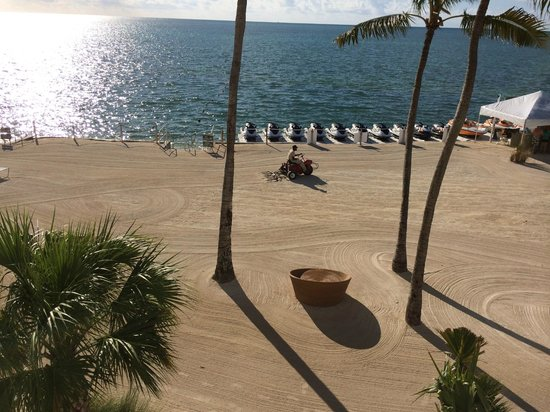Postcard Inn Beach Resort & Marina at Holiday Isle: Manicuring the sand