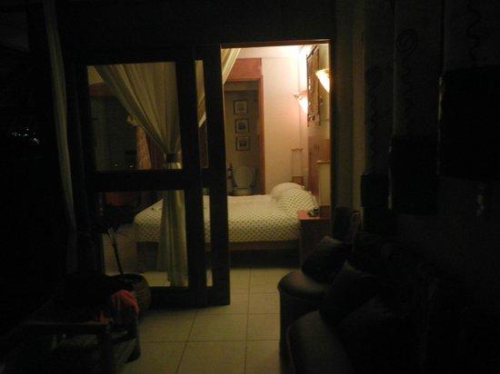 Hotel Villas Las Azucenas: Nightime view into bedroom