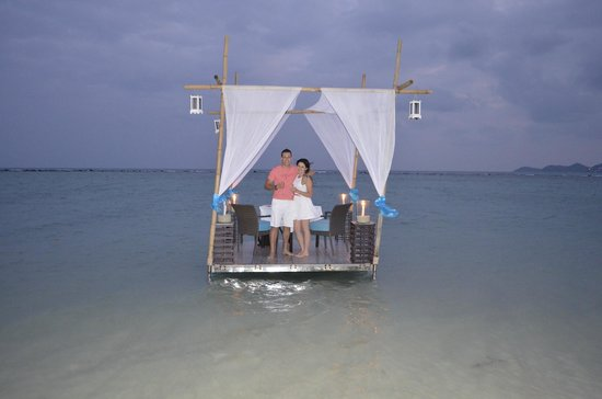 Chaweng Regent Beach Resort: Dinner in the sea before she Said yes