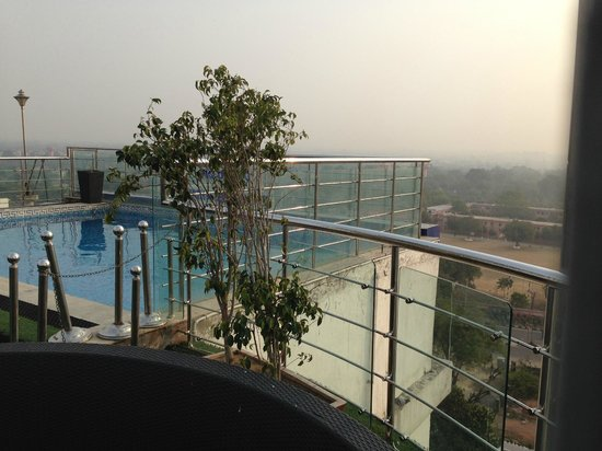 Sarovar Portico Jaipur: Swimming Pool on Ninth Floor