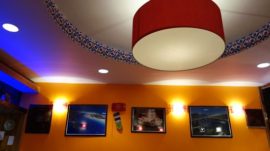 Rodi Restaurant: Circular ceiling feature