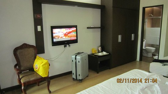 La Piazza Hotel & Convention Center: flat screen with multi charging underneath