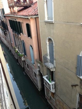 Antica Locanda al Gambero: Lovely view of canal from our bedroom wnidow
