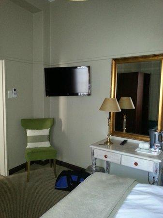 Tudor Hotel: Room