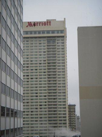 New Orleans Marriott: 町角からのホテルの眺め