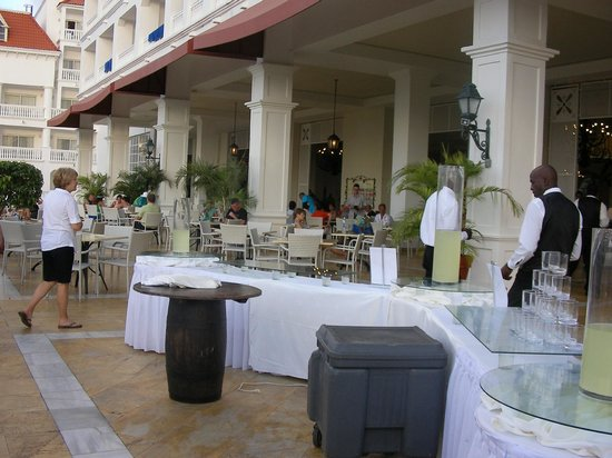 Grand Bahia Principe Jamaica : You can have breakfast here, drinks and there was entertainment at night.