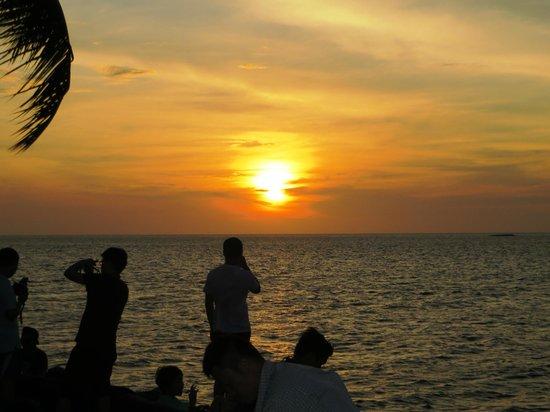 Sunset Bar at Shangri-La's Tanjung Aru Resort and Spa: Golden View