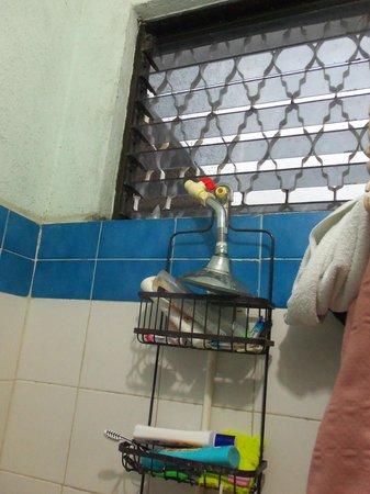 Mundo Maya Hostel : Broken shower