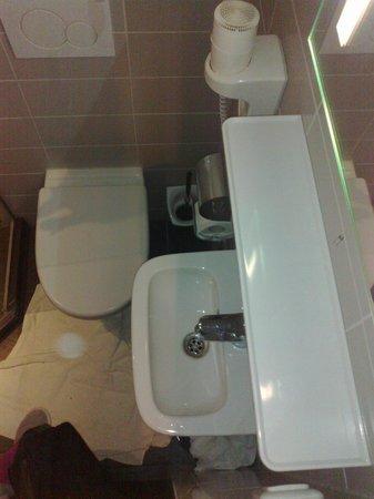 Hotel Vossius Vondelpark: il lavandino è piccolissimo