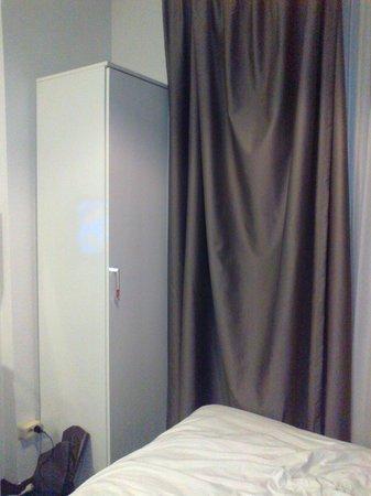 Hotel Vossius Vondelpark: l'armadio è piccolo, non sia apre tutto e la tenda è appiccicata al letto
