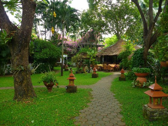 Secret Garden Chiang Mai: Path to the dining area
