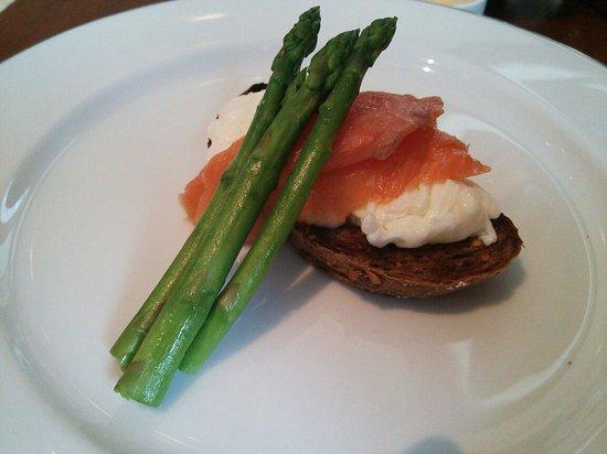 Park Hyatt Chennai: 朝食で頼めるメニュー、パンの上に白身の卵のスクランブルそして、サーモンが乗ってます、サイドの茹でアスパラも、茹で加減塩加減もとても良くとても美味しく頂けました。