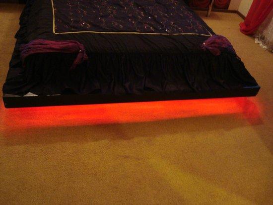 Hotel Eden: подсветка кровати