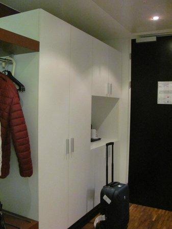 Hotel Stuecki Basel: гардероб и чайный уголок