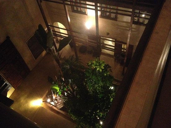 Riad El Maati : View from the roof terrace down into the courtyard
