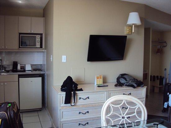 Beachview Hotel : TV LCD e pequena cozinha