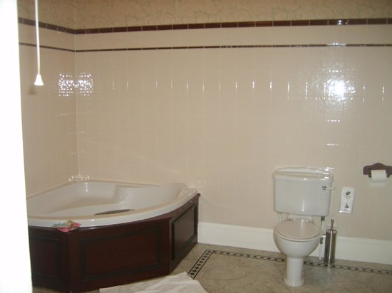 Dunsley Hall: corner bath