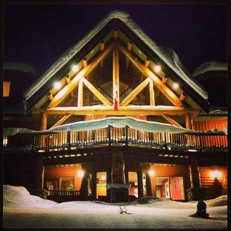 Vagabond Lodge: the front view at night