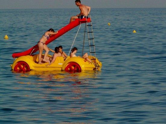 Fenals Beach : Развлечения на воде