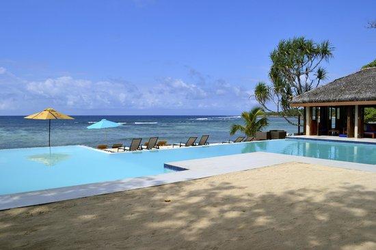 Breakas Beach Resort Vanuatu : Beautiful pool and bar