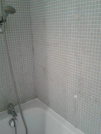 Appart'City Confort Lyon Part-Dieu : Moisissures de la salle de bain