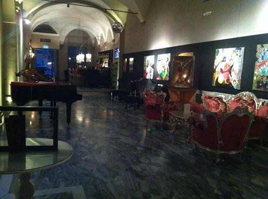 Borghese Palace Art Hotel: Hall y bar al fondo