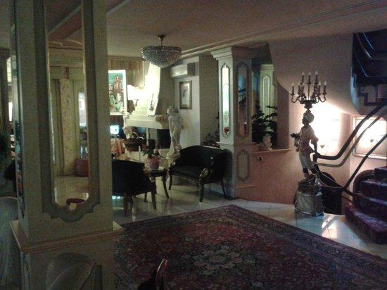 Hotel Ville Montefiori: Ingresso Reception con camino