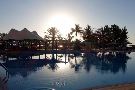 Le Meridien Al Aqah Beach Resort : Pool and swim up bar in the morning