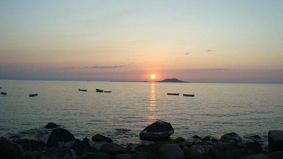 Ulisa Bay Lodge: Sunset looking at Chizumulu Island
