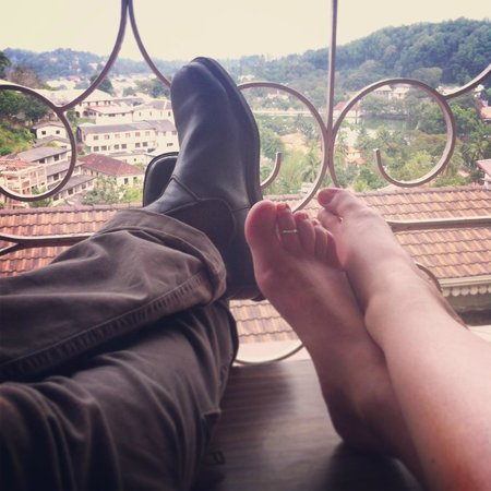 McLeod Inn: Putting our feet up on the balcony with the lake view