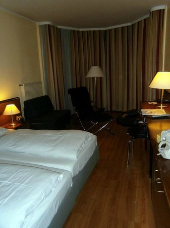 NH München City Sud: Das Zimmer zwei Nächte hier übernachtet. Das Zimmer war geräumig, mit einem gemütlichen Bett. Da