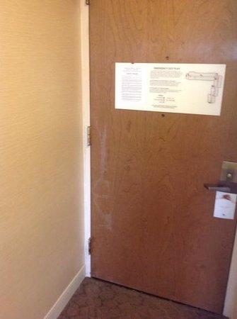 DoubleTree by Hilton Williamsburg : damaged door