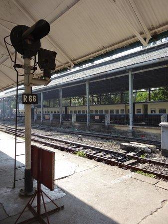 Yangon Circular Train: La voie en gare