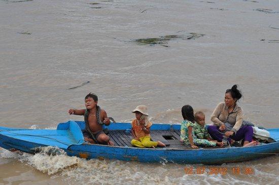 Tonlé Sap River: Да... у нас кошки собаки, а у них змеи домашние животные....