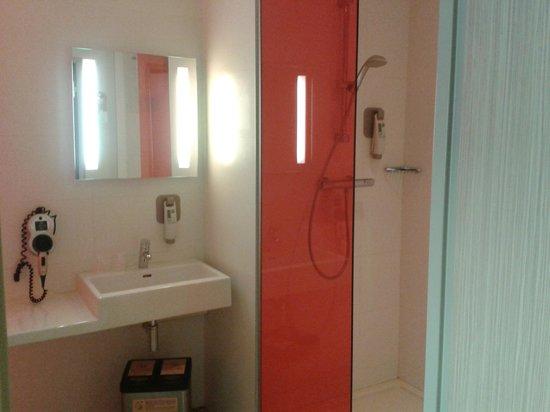 Ibis Styles Troyes Centre : Bathroom