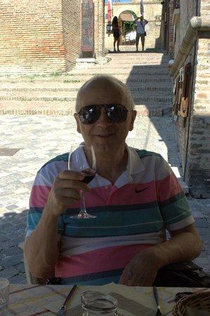 Tavernetta Paolo e Francesca: Bel in una giornata calda bere vino secco.