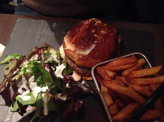 Le Cosy: burger maison cheddar/maroilles