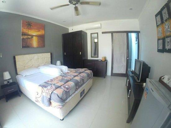 Tropica Exclusive Apartment and Superior Room : TV harus menunggu 2,5 jam untuk diperbaiki dan DVD tidak berfungsi (pajangan)