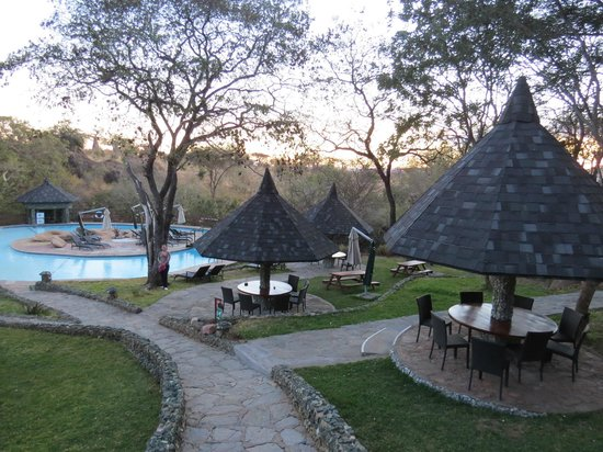 Tarangire Sopa Lodge: Poolbereich, Essensbereich mittags