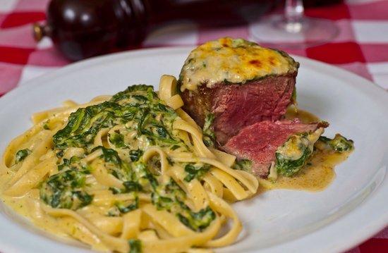 La Tratoria : Filé Firenze - coberto com molho de espinafre aos 3 queijos e gratinado com parmesão. Acompanha