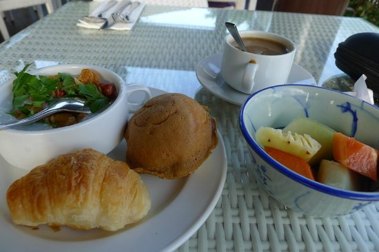 Turi Beach Resort: breakfast at taming-nice local coffee, porridge, fresh fruits