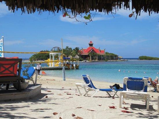 Sandals Royal Caribbean Resort and Private Island : Main beach and Sandals Cay - Royal Thai Restaurant