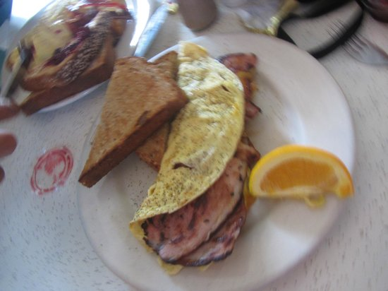 Cake Cafe: ham and cheese omelette