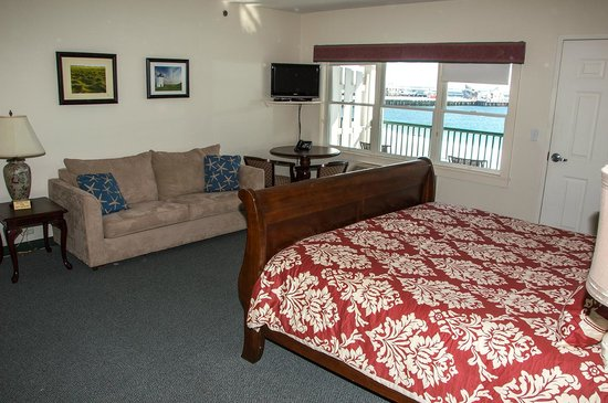 Crown and Anchor Inn: Our Waterfront Deluxe rooms offer one king sleigh bed